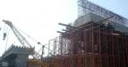 Seorang pekerja melakukan penyelesaian pembangunan proyek jalan tol Surabaya-Mojokerto (Sumo) di seksi I Waru-Sepanjang di kawasan Waru, Surabaya, Rabu (16/2). Pembangunan fisik jalan tol seksi I Waru-Sepanjang dengan panjang 4,5 km pembangunan berjalan 70,31%, dan pada April 2011 mendatang akan dioperasikan. (FOTO ANTARA/M Risyal Hidayat)