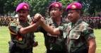 Komandan Korps Marinir MayjenTNI (Mar) M. Alfan Baharudin (tengah) berjabat komando bersama Dan Kolatmar yang baru Kol. Mar Widodo DP (kiri) dan Kol. Mar Enjang Suryana (kanan) pada upacara sertijab di Bhumi Marinir Grati, Pasuruan, Jatim, Senin (28/2). Widodo DP menggantikan Enjang Suryana yang akan menempati pos barunya. (FOTO ANTARA/Musyawir)
