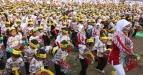 Ribuan siswa Taman Kanak-kanak (TK) membawakan tari Kuda Lumping secara massal di Stadion R. Sudrasono Pogar, Bangil, Pasuruan, Jawa Timur, Sabtu (7/5). Sebanyak 12 ribu siswa TK dari 24 wilayah kecamatan di Kabupaten Pasuruan membawakan Tari Kuda Lumping secara massal untuk mempeingati Hari Pendidikan Nasional (Hardiknas). (FOTO ANTARA/Musyawir)