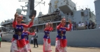 Sejumlah Penari menyambut kedatangan kapal perang HMS Richmond milik angkatan laut Inggris di dermaga Pelabuhan Jakarta Internasional Container Terminal 2, Tanjung Priok, Jakarta, Minggu (22/5) Kunjungan persahabatan angkatan laut tersebut dalam rangka mempererat hubungan dan kerjasama keamanan antara Angkatan laut kedua negara. (FOTO ANTARA/Reno Esnir)