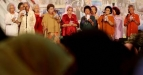 Sejumlah lansia bernyanyi bersama saat perayaan Hari Lanjut Usia di wahana Rama Shinta, Dunia Fantasi, Jakarta Utara, Senin (6/6). Perayaan yang dihadiri ribuan lansia merupakan ajang silaturahmi antara sesama lansia, meningkatkan kualitas hidup lansia dan pemberian bantuan senilai 1,5 milliar. (FOTO ANTARA/M Agung Rajasa)