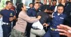 Sejumlah mahasiswa yang memaksa masuk ke gedung rekorat terlibat bentrokan dengan satpam di Kampus UIN Malik Ibrahim, Malang, Jawa Timur, Sabtu (18/6). Bentrokan tersebut dipicu permasalahan Pemilu Raya dan pemilihan ketua BEM mahasiswa yang dinilai penuh kecurangan. (FOTO ANTARA/Ari Bowo Sucipto)