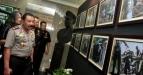 Kapolri, Jenderal (Pol) Tmur Pradopo (kanan) melihat pameran foto karya peserta Lomba Foto Polri 2011 di Mabes Polri, Jakarta, Selasa (28/6). Pameran foto ini menjadi bagian dari perayaan HUT Bhayangkara Polri ke-65. (FOTO ANTARA/ Dhoni Setiawan)