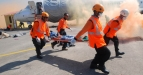 Sejumlah anggota Badan SAR Nasional (Basarnas) melakukan evakuasi korban kecelakaan pesawat jenis boeing 737 saat gelar simulasi penanganan korban kecelakaan pesawat di Bandara Juanda lama, Surabaya, Sabtu (2/7). Simulasi penanganan korban kecelakaan pesawat tersebut diikuti 60 relawan yang merupakan gabungan dari tim DMC (Disaster Medic Commite) dari rumah sakit Muhammadiyah se-Indonesia sebagai upaya kesiapsiagaan bencana dan kecelakaan massal di musim liburan. (FOTO ANTARA/M Risyal Hidayat)