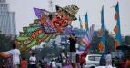Sejumlah pengunjung ikut berpartisipasi menerbangkan layang-layang pada Festival Layang-Layang se-Jakarta Pusat di kawasan Monumen Nasional (Monas), Jakarta Pusat, Minggu (10/7). Festival yang diikuti 44 kelurahan se-Jakarta Pusat tersebut menampilkan layang-layang tradisional dan  kreasi. (FOTO ANTARA/Sigid Kurniawan/pd/11)