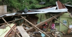 Sejumlah anak menyaksikan rumah yang terkena longsor di Dusun V Kampung Teladan Desa Sempa Jaya Kec. Berastagi, Kab. Karo, Sumut, Selasa (2/8). Peristiwa longsor akibat hujan deras yang melanda daerah itu sejak Senin (1/8) malam tersebut mengakibatkan tiga orang tewas dan lima orang mengalami luka berat. (FOTO ANTARA/Septianda Perdana/ama/ss/11).