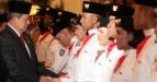 Presiden Susilo Bambang Yudhoyono (kiri) memberikan ucapan selamat kepada anggota Pasukan Pengibar Bendera Pusaka (Paskibraka) Tahun 2011 seusai acara pengukuhan di Istana Negara, Jakarta, Senin (15/8). Presiden Susilo Bambang Yudhoyono memimpin upacara pengukuhan Paskibraka 2011 yang akan bertugas pada peringatan ke-66 Kemerdekaan Republik Indonesia pada tanggal 17 Agustus 2011 di Istana Merdeka. (FOTO ANTARA/Widodo S. Jusuf)
