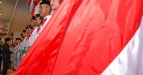 Gubernur Jawa Timur, Soekarwo (kiri) memberikan ucapan selamat kepada anggota Pasukan Pengibar Bendera Pusaka (Paskibraka) Provinsi Jatim Tahun 2011 seusai upacara pengukuhan di Gedung Negara Grahadi, Surabaya, Selasa (16/8). Sebanyak 76 siswa-siswi terbaik Jatim tersebut terpilih sebagai Paskibraka yang berlangsung di Gedung Negara Grahadi pada 17 Agustus 2011, yang dipimpin oleh Gubernur Jatim, Soekarwo. (FOTO ANTARA/M Risyal Hidayat/ss/nz/11)