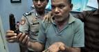 Tersangka pemilik senjata api, Abdul Gani (55) warga Buket Slamat Kecamatan Cot Girek dikawal aparat keamanan memperlihatkan senjata api jenis FN sisa konflik di ruang Intelkam Polres Aceh Utara, Provinsi Aceh, Rabu (14/9). Senjata yang kerap digunakan untuk kejahatan itu, di sita petugas saat pengembangan terhadap tersangka yang telah memperkosa anak kandungnya sendiri, tersangka dikenakan pasal berlapis, kepemilikan senjata api dan pemerkosaan/pencabulan. (FOTO ANTARA/Rahmad/ed/pd/11)