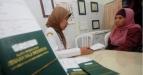 Seorang petugas memeriksa kartu kesehatan dari calon jamaah haji saat tes kesehatan imunisasi meningitis di Puskesmas Ketabang, Surabaya, Selasa (13/9). Tes kesehatan tersebut sebagai antisipasi penularan meningitis meningokokus antarjamaah yang melakukan ibadah haji di tanah suci. (FOTO ANTARA/M Risyal Hidayat/Koz/nz/11).