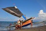 Pengunjung Pantai Ampenan minta pemkot renovasi miniatur perahu