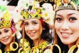 Balikpapan (ANTARA News - Kaltim) - Atlet membawa api obor SEA Games 2011 di Indonesia serta Modo dan Modi, sepasang komodo maskot multi event olahraga yang datang ke Kota Minyak itu disambut oleh kepala daerah, insan olahraga serta sejumlah gadis Dayak cantik untuk dibawa keliling kota.  (Novi Abdi/ANTARA)