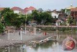 Sepakbola di pinggir sungai