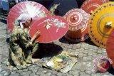Pemkab berikan bantuan payung pedagang Pasar Klitikan