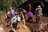 Enam korban tewas tertimbun tanah longsor