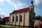 Anggota Brimob Lakukan Penyisiran Awal di Gereja