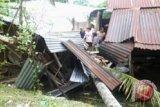 Satu keluarga tertimpa pohon kelapa di Rumengkor