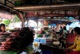 Pusat penjualan makanan khas ikan cakalang yang dimasak ala pengasapan (asar ikan) di kawasan Galala, Kota Ambon, Maluku. Setiap wisatawan lokal, nusantara maupun manca negara pasti menyempatkan diri untuk datang ke tempat ini dan membeli untuk buah tangan bagi sanak keluarga, kerabat dan kenalan di daerah asal. (John Nikita Sahusilawane, Medio Januari 2013)