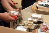 Beberapa petugas Bea dan Cukai Gorontalo, memusnahkan barang bukti berupa 4.843.036 batang rokok sigaret kretek mesin dan 25,5 kg tembakau iris di halaman kantor Bea dan Cukai Gorontalo, Rabu (12/12). Tembakau yang merugikan negara Rp. 1 Miliar lebih itu adalah hasil penindakan pada bulan januari - juli 2012. (FOTO ANTARA/Adiwinata Solihin/Koz/Spt/12)