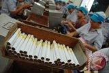 Cukai melonjak, saham perusahaan rokok diwarnai ketidakpastian
