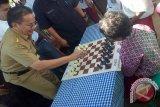 Gubernur Sulteng Ditantang Belasan Anak Main Catur