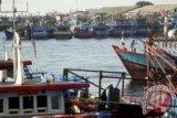 JAKARTA (Antara Babel) - PENGHEMATAN BBM. Sejumlah kapal nelayan bersandar di Muara Baru, Jakarta Utara, Selasa (7/5). Kementerian Energi dan Sumber Daya Mineral (ESDM) menyasar penggunaan bahan bakar gas (BBG) untuk kapal laut, sehingga dapat melakukan penghematan bahan bakar minyak (BBM) yang lebih besar. FOTO ANTARA/Zabur Karuru/ss/nz/13