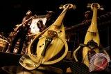 """Dua alat musik berupa Biola Bambu diperlihatkan dalam acara konferensi pers """"Pagelaran Alat Musik Tradisional"""" yang diselenggarakan Indonesian Bamboo Community (IBC) di Gedung Majestic Bandung, Rabu (30/10). Sejumlah alat musik bambu, berupa biola, gitar, sexpohono bambu dan beberapa karya lain yang diproduksi IBC belum didaftarkan secara HAKI karena terkendala pembiayaan. ANTARA FOTO/Agus Bebeng/ed/nz/13"""