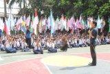 Bogor (Antara) - Ratusan siswa SMP Taruna Andigha Bogor melakukan kirab bendera negara-negara anggota Perserikatan Bangsa-Bangsa (PBB) di jalan-jalan utama Kota Bogor, Kamis.  Walikota terpilih Kota Bogor, Bima Arya turut menyambut acara kirab dalam rangka peringatan Hari Lahir PBB tersebut. (Foto: Humas Pemkot Bogor)
