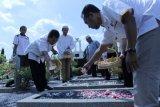 Kader PKS Jateng Tabur Bunga di Makam Pahlawan