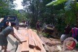 Jembatan dari arah ponton Sunyat menuju pasar ambruk,  namun tidak ada korban jiwa. Kejadian yang terjadi pada pukul 09.30 WIB (25/11) itu akibat truk bermuatan kelapa sawit tujuan pabrik CPO Mill PT Parna Agro Mas di desa Tapang Pulau, Kecamatan Belitang Hilir, terbalik. Kejadian tersebut mengakibatkan macet di jalur akses utama dari ponton penyeberangan, yang didominasi truk angkutan buah kelapa sawit. (Foto Antara Kalbar/Arkadius Gansi)
