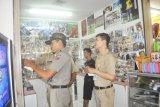 Bogor (Antara) - Petugas Kominfo dan Satpol PP Kota Bogor melakukan sosialisasi UU HaK Cipta dengan menempelkan stiker bertulisan: STOP PEMBAJAKAN VCD, dan STOP MEMBELI VCD BAJAKAN di tempat penjualan VCD/DVD di sebuah pusat perbelanjaan di Kota Bogor. (Foto Humas Pemkot Bogor)
