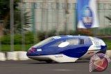 Sebuah kendaraan hemat energi milik tim Institute Teknologi 10 Nopember (ITS) Surabaya memacu kecepatan ketika mengikuti lomba kategori 'Prototype Electric' dalam ajang Indonesia Energy Marathon Challenge (IEMC) 2013, di Sirkuit Kenjeran Surabaya, Jatim, Minggu (17/11). Sebanyak 53 tim dari 30 universitas se-Indonesia mengikuti lomba mobil hemat bahan bakar (lomba irit) yang mengacu pada efisien energi dan energi terbarukan. ANTARA FOTO/M Risyal Hidayat/Koz/ama/13.