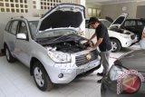 Siswa melakukan pengecekan mesin model SUV Esemka terbaru 'Rajawali R2 2014' di SMK Pancasila, Solo, Jateng, Senin (14/4). Varian terbaru mobil karya siswa SMK Indonesia yang digunakan sejumlah kepala daerah serta menteri tersebut sudah dilengkapi dengan Anti-lock Breaking System (ABS) terpadu yang dikendalikan langsung dari Electronic Control Unit (ECU), serta pengendaliannya telah teraplikasi dengan teknologi Break Force Distribution (BFD) dan Break Assist (BA) plus penambahan dua air bag di bagian depan. ANTARA FOTO/Akbar Nugroho Gumay