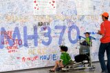 Keluarga korban MH370 serahkan serpihan pesawat