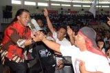Magetan (Antara Jatim) – Penyanyi Didi Kempot menghibur simpatisan saat kampanye pasangan Capres-Cawapres Joko Widodo-Jusuf Kalla di GOR Ki Mageti, Kab. Magetan, Minggu (29/6). Didi Kempot menyampaikan dukungannya kepada Jokowi-JK dan berharap pasangan tersebut dapat lebih memberikan perhatian kepada seniman campursari. FOTO Fikri Yusuf/14/Oka.