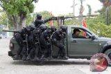 Pasukan Reider Kodam Iskandar Muda melakukan penyerbuan untuk membebaskan<br /> sandera yang disekap teroris saat simulasi di gedung Rektor Universitas Syiah Kuala , Banda Aceh, Kamis (11/9). Simulasi tersebut untuk meningkatkan kemampuan prajurit raider dalam menghadapi berbagai ancaman tehadap Negara Kesatuan Republik Indonesia, baik yang datang dari dalam maupun dari luar. ANTARAACEH.COM/Ampelsa/14