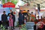 Kepala LPP RRI Denpasar I Made Ardika SH., MM menyulut obor 'Tri Prasetya RRI' pada Peringatan Hari Radio ke-69 tahun 2014 di halaman RRI Denpasar, Kamis (11/9). (RRI Denpasar)