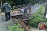Jembatan penghubung empat desa Kecamatan Lengkiti roboh
