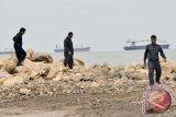 Dua ribuan warga di Makassar ikut bersih pantai dan laut dari sampah