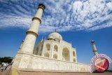 Pilar kuno batu pintu Taj Mahal roboh akibat badai