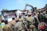 Pembongkaran 30 bangunan oleh Satpol PP mendapatkan perlawanan dari warga Bogor