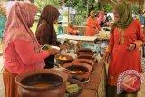 Warga mengunjungi anjungan masakan tradisional, Asam Keueng, saat berlangsung ferstival kuliner tradisional di Taman Ratu Safiatuddin, Banda Aceh, Senin (8/5). Festifal kuliner tradisional  yang berlangsung dari tanggal 8-9 Juni 2015 dalam rangka menyambut bulan ramadhan itu, bertujuan melestarikan masakan tradisional Aceh  yang terdiri dari berbagai jenis dan rasa menurut masing-masing kabupaten dengan keanekaragam budayanya. ACEH.ANTARANEWS.COM/Ampelsa/15