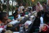 Walikota Banda Aceh Illiza Sa'aduddin Djamal (tengah) menyapa anak yatim yang buka puasa bersama pada Festival Gampong (kampung) Ramadan, Banda Aceh, Sabtu (4/7). Festival yang dipusatkan di sepanjang tepi Krueng (sungai) Aceh hingga 12 Juli mendatang menjual aneka produk khas Ramadan dan Idul Fitri, bazar murah, penampilan musik religi, tausyiah Ramadan dan buka puasa bersama 600 anak yatim. ANTARA FOTO/Irwansyah Putra/ama/15.