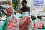 Pedagang daging ayam batal mogok