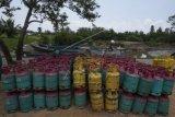 Gas produk Malaysia diletakkan di kawasan Dermaga Lalosalo. Sebatik, Kalimantan Utara, Rabu (26/8). Berbagai produk dari Malaysia banyak ditemukan di daerah perbatasan tersebut karena kendala keterbatasan distribusi dalam negeri. ANTARA FOTO/Rosa Panggabean/kye/15.
