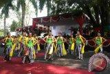 Wisatawan asing menari Tayub di Gebyar Budaya