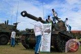Pelajar mengamati tank AMX 13 Kanon saat mengunjungi pameran Alutsista dalam rangka memperingati HUT ke 70 TNI di Lapangan Blang Padang, Banda Aceh, Kamis (1/10). Pameran alutsista itu untuk mengenalkan persenjataan yang dimiliki TNI pada seluruh lapisan masyarakat. ANTARA FOTO/Ampelsa/foc/15.