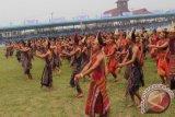 Sejumlah 700 pelajar secara serentak melakukan gerakan tortor di Stadion Serbaguna Tarutung, Senin (5/10). Tortor ditampilkan sebagai kegiatan yang menyemarakkan Hari Jadi ke-70 Kabupaten Tapanuli Utara. Foto Antarasumut/Rinto Aritonang.