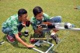 Peserta memasang roket air pada kompetisi Roket Air antar pelajar SMA/SMK sederajat tingkat Jawa Tengah di lapangan Rindam IV/Diponegoro Magelang, Jateng, Minggu (18/10). Lomba roket air yang diikuti oleh 30 tim tersebut bertujuan mendorong para siswa untuk berpikir kreatif menciptakan sesuatu, mengembangkan budaya berinovasi, karena roket air syarat dengan ilmu pengetahuan, hitungan, dan kecermatan. ANTARA FOTO/Anis Efizudin/kye/15