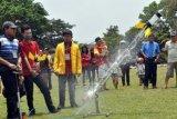 Peserta melepaskan roket air pada kompetisi Roket Air antar pelajar SMA/SMK sederajat tingkat Jawa Tengah di lapangan Rindam IV/Diponegoro Magelang, Jateng, Minggu (18/10). Lomba roket air yang diikuti oleh 30 tim tersebut bertujuan mendorong para siswa untuk berpikir kreatif menciptakan sesuatu, mengembangkan budaya berinovasi, karena roket air syarat dengan ilmu pengetahuan, hitungan, dan kecermatan. ANTARA FOTO/Anis Efizudin/kye/15